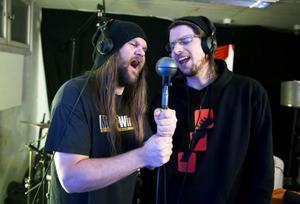När vi hälsade på i studion så var det mesta inspelat och klart. Bara lite körer, gitarrsolon och diverse finputsning återstod. Sammanlagt tolv dagar och lika många låtar blev det i slutändan. Här tar Jonas Stentäpp och Anders Brandström i ordentligt.