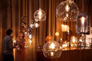 Bulliga glaslampor i stora klasar med synliga glödtrådar och varma toner i glasmassan bjöds det på hos lampföretaget Ebb & Flow.