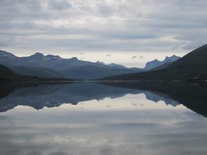 Norsk fjord med stilla vatten.