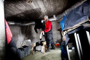 Ett runt betongrum under vattentornets tak är dykarnas depå.