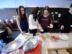 Eleverna Jessica Höglund, Emma Modin och Sofie Eriksson gillar att skolan bjuder på frukost.