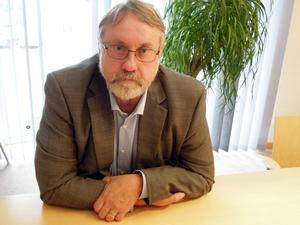 Bo Brännström ( FP). Han hade inte en blekaste aning om att en organisationskonsult var upphandlad av den nu avgångne ordföranden Gustafsson (S). Han anade ugglor i mossen först när denne presenterade en person som ordförande hade ett förhållande med som marknadsföringskonsult.