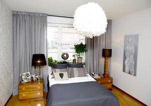 Lampan i taket har Ulrika snickrat i hop själv med lite inspiration från en designerlampa.