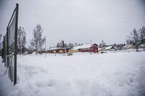 Vid Björktjära är grusplanen helt oskottad. Ingalill Rundgren lovar dock att det så småningom ska ligga isbanor vid de centrala skolorna.