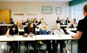Nu börjar det sista året i gymnasiet för samhällsklassen SPMT07 på                        Wargentinsskolan. Arbetslivet efter skolan hägrar för en några medan andra vill plugga vidare. Foto: Henrik Flygare