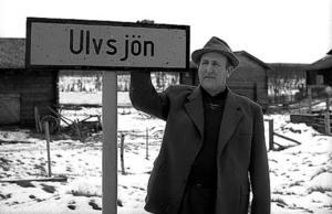 En okänd man vid skylten. Fotograf var enligt bygdearkivet Wille Persson.
