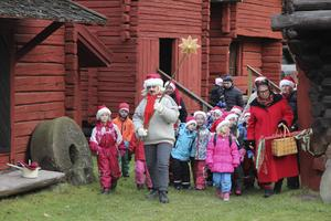 Barnen följde Betlehemsstjärnan, som bars in på tunet av Karin Vestberg.