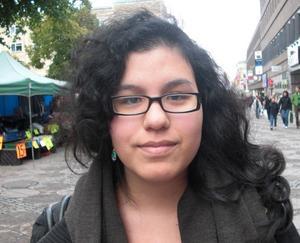 Gabriella Jonsson,19 år, studerar:1. Jag tycker om hösten. 2. Om det regnar så tycker jag man ska sitta hemma med en film och en kopp choklad.