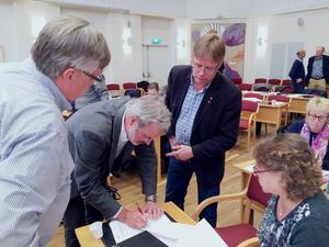 Här snickrar Jörgen Bengtson (C) och Mikael Löthstam (S) ihop en kompromiss kring bildandet av naturreservat vid Nianåns utlopp för att skydda Sofieholms kraftstation.