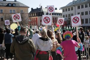 På ena delen av Stora torget står motdemonstranter som alla vill visa sitt avståndstagande mot nazistiska Nordiska Motståndsrörelsen.
