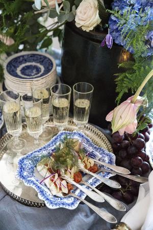 Rom med sällskap av färskost, rödlök och potatischips på vackra gamla silverskedar.