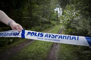Avspärrat av polis. Mordet på mannen skedde i ett hus på landsbygden utanför Arboga.