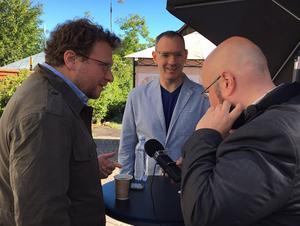 Peter Pomerantsev och Craig Silverman poddar. Foto: Claes Bertilson, Sveriges Radio.