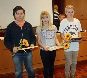 Tindra Jennel, Fabien Thomasson och Isaak Sundvall från Långsele skola uppvaktades
