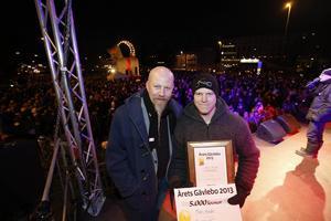 Mats Huldt fick utmärkelsen som Årets Gävlebo 2013 för sin insats i Missing people – organisationen som han nu lämnar. Här tilldelas han utmärkelsen av Arbetarbladets chefredaktör Daniel Nordström.