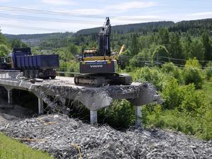 Betongklumpar och armeringsjärn ska rensas bort efter rivningsarbetet av den gamla Bergsåkersbron.