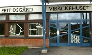 Sammanlagt har sex fönsterrutor och tre glasdörrar gått sönder på Vibackeskolan.