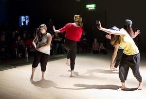 Alexandra Stattin, till vänster, ingick i den kvartett som bjöd på avancerad afrikansk dans.