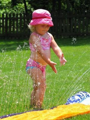 Anna leker i vatten.