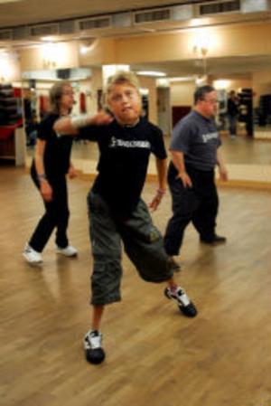 Terese Källman övar hårt inför dansuppvisningen. Hon har dansat hip hop tidigare och det syns på hennes vana rörelser.
