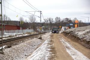 Arbetet med att förstärka järnvägsbanvallen i Säter utförs tätt intill riksväg 70. En rad med så kallade betonggråsuggor har ställts upp för att göra arbetet och trafiken säkrare.