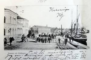 Mycket folk är i rörelse på detta vykort från Gävles hamn, daterat 1905. Till vänster på bilden ses tullhuset, ritat av stadsarkitekten Mårten Albert Spiering. Det revs 1969.