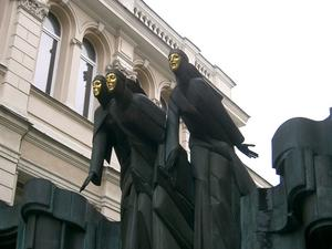 Vid vandring i Vilnius passerade vi dessa tre sånggudinnor som med sina guldansikten vaktar ingången till Nationella Dramateatern.