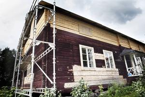 En gång var det ett hus med kök och kammare, sammanbyggt med fäxet i ett plan. Bilden tagen 2010 i Ljusdal och kunde vara ett hus i Elin Unnes blickfång.