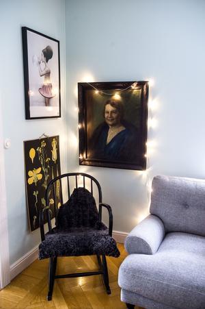 Tavlan med kvinnan följde med i husköpet och den har känts viktig för Jennie och Jon att bevara. Målningen hänger i vardagsrummet och har fått en belysning av led-lampor.