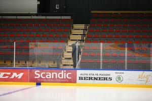 Arbetet är igång med att ta bort plexiglaset inför B-JVM i curling.