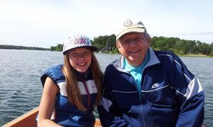 Linnea och Farfar på en liten båttur i sundet. Foto: Monica Johansson.