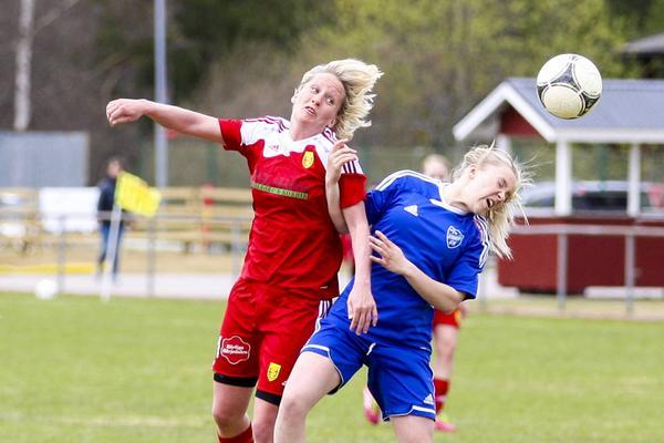 Matchens målgörare, Camilla Svensson i kamp om bollen med en strömsundsspelare.