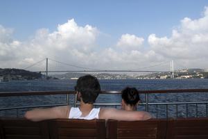 Vy från en av de otaliga färjorna på Bosporen bort mot den första Bosporenbron, som förbinder Europa med Asien.