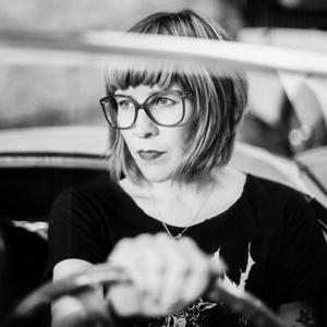 Victoria Larsson har skrivit en roman om unga kvinnor som faller för kriminella män, baserad på egna erfarenheter.