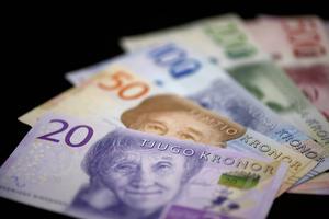 Hela Sverige ska leva Jämtlands län ställer tuffa frågor till Handelsbanken efter beslutet att sluta ta emot kontanter.