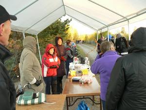 Frusna arrangörer har dukat upp och väntar på besökare. Bild: Gunilla Rotter.