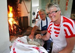 Marianne Eriksson och Greta Lund hade jobbat sedan morgonen med att grädda tunnbröd i bagarstugan.Det blir många påsar till försäljning när hembygdsföreningen öppnar bagarstugan en gång om året för att baka tunnbröd.