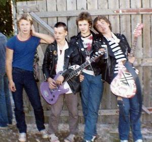 Ett foto på Brulbåjz i den sättning som gällde vid en punkfestival i Malung midsommaren 1980. Från vänster Tomas Olsson trummor, Chips Kiesbye, bas, Stefan