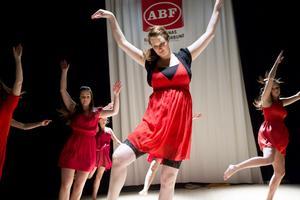 Lisa Hamrin med dansare i jazzens tecken.