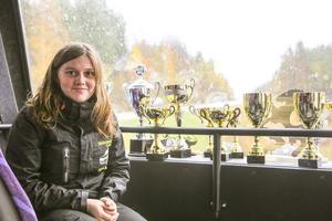 Jessica Persson har radat upp pokaler från sommarens folkracetävlingar.