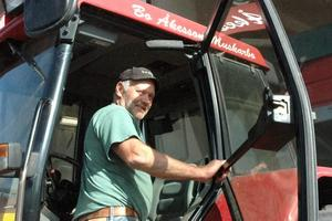 GÖR FLERA TURER. Roland Åkesson är lantbrukare i Halls söder om Tierp. Han är glad för att silon på nytt är öppnad.