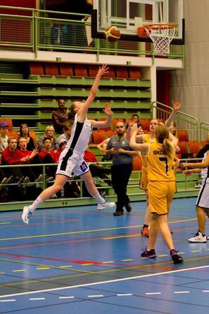 Emilia Axelsson, i vitt, undersemifinalen mot Viby i Skövde Cup.   Foto: Skövde Basket