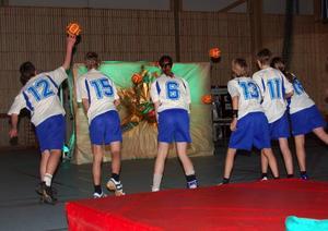 Invigning. En grupp unga handbollstalanger invigde hallen genom att