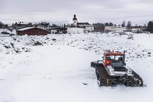 I måndags började pistmaskinen göra sitt jobb på snöstadion. En snöläktare kommer byggas vid sidan om stadion för publiken.