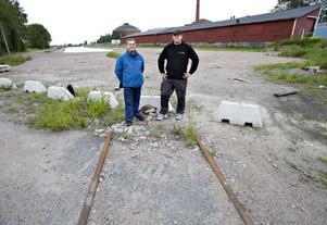 Thomas Dahl och Daniel Ersson tänker kämpa för en museispårväg i Gävle. Men en del av spåret fram till Gasklockorna fattas. Det revs upp när marken vid Stenborgskanalen sanerades.– Det skulle bli en unik turistattraktion, säger Thomas Dahl, nyvald ordförande i spårvägssällskapet.