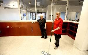 Både Kicki Alexandersson och Madelene Holm trivs med sitt städarbete och de har också fullt upp. Foto: Johnny Fredborg