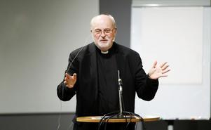 Kardinal Anders Arborelius presenterar Katolska kyrkan med humor och självdistans. Dialogen med åhörarna slutar i ren uppsluppenhet.