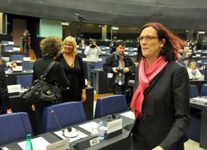 Cecilia Malmström (FP) i samband med förhöret i Strasbourg. I bakgrunden står Anna Heed (S).