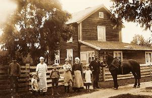 Så här såg det gamla 1800-talshuset ut efter hemmansklyvningen. Bilden är tagen i slutet av 1910-talet
