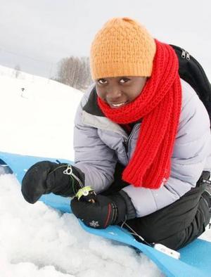 Petrina Aitembu från Namibia isfiskar för första gången.